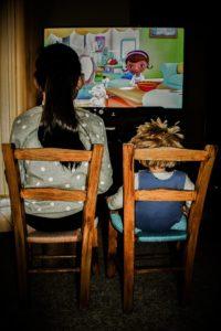 Φαγητό μπροστά στην τηλεόραση.