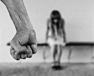 Ενδο-οικογενειακή βία.
