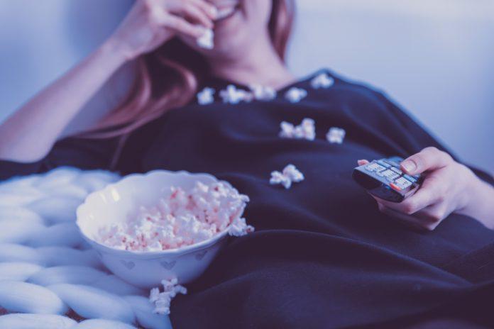 φαγητό μπροστά στην τηλεόραση