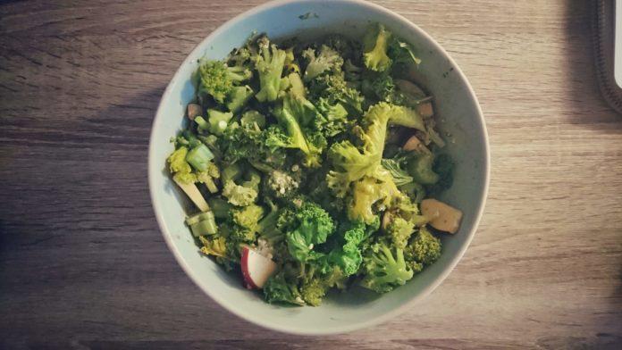 σαλάτα με σπιτικό πέστο μυρωδικών